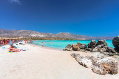 Elafonisi, Eiland Kreta, Griekenland, - 28 Juni, 2016: Het mooie strand Elafonisi of Elafonissi met roze zand Stock Foto