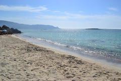 Elafonisi, ilha dos cervos, está como o paraíso ligada Foto de Stock Royalty Free