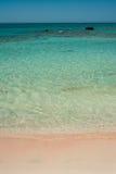 Elafonisi wyrzucać na brzeg, piękny różowy piasek i błękitne wody, Grecja, Cre Zdjęcie Stock