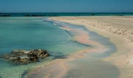 Elafonisi wyrzucać na brzeg, piękny różowy piasek i błękitne wody, Grecja, Cre Zdjęcia Stock