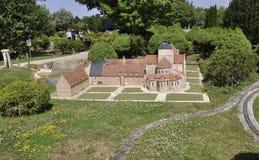 Elancourt F, el 16 de julio: Abbaye de Fontgombault en la reproducción miniatura de monumentos parquea de Francia Fotografía de archivo