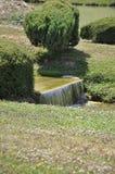 Elancourt F, el 16 de julio: Cascada en la reproducción miniatura del parque de los monumentos de Francia Foto de archivo