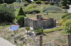 Elancourt F, el 16 de julio: Chateau de Montmaur en la reproducción miniatura de monumentos parquea de Francia Fotos de archivo