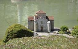 Elancourt F, el 16 de julio: Eglise en la reproducción miniatura del parque de los monumentos de Francia Foto de archivo libre de regalías