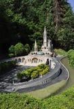 Elancourt F, il 16 luglio: Basilique Notre-Dame de Lourdes nella riproduzione miniatura dei monumenti parcheggia dalla Francia Fotografie Stock Libere da Diritti