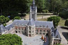 Elancourt F, il 16 luglio: L'hotel de Ville de Douai nella riproduzione miniatura dei monumenti parcheggia dalla Francia Immagine Stock