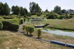 Elancourt F, il 16 luglio: Paesaggio nella riproduzione miniatura del parco dei monumenti dalla Francia Fotografia Stock Libera da Diritti