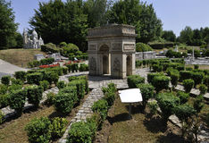 Elancourt F, 16 Juli: Arc de Triomphe in de Miniatuurreproductie van Monumentenpark van Frankrijk Royalty-vrije Stock Foto