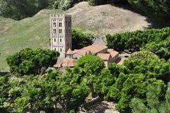 Elancourt F, Juli 16th: Abbaye de Helgon Michel de Cuxa i miniatyrreproduktionen av monument parkerar från Frankrike Royaltyfri Bild