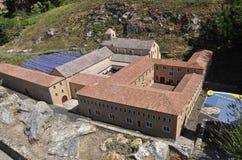 Elancourt F, Juli 16th: Abbaye de Senanque i miniatyrreproduktionen av monument parkerar från Frankrike Arkivfoton