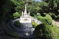 Elancourt F, Juli 16th: Basilique Notre-Dame de Lourdes i miniatyrreproduktionen av monument parkerar från Frankrike Royaltyfri Bild