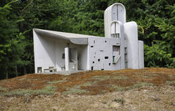 Elancourt F, o 16 de julho: Chapelle de Ronchamp na reprodução diminuta do parque dos monumentos de França Fotografia de Stock Royalty Free
