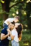 Elasticità del figlio un bacio adorabile per la madre fuori Fotografia Stock Libera da Diritti