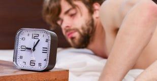 Elasticitet efter vak upp i morgonen Manögon är stängda med avkoppling Mannen vaknar upp arkivfoton