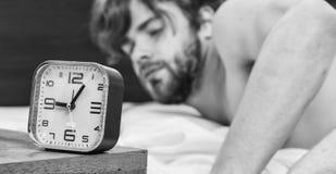 Elasticitet efter vak upp i morgonen Man?gon ?r st?ngda med avkoppling Mannen vaknar upp royaltyfri bild