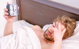 Elasticitet efter vak upp i morgonen Man som str?cker i s?ng Man som str?cker morgon royaltyfri foto