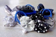 Elastische haarbanden en een haarborstel Royalty-vrije Stock Foto