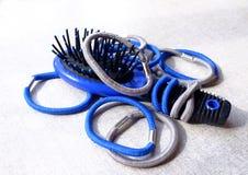Elastiska hårmusikband och en hårborste Royaltyfri Bild