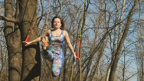 Elastyczna kobieta robi aerogravity ćwiczeniom na arkanach zbiory wideo