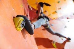 Elastyczna kobieta trenuje mocno w wspinaczkowym gym Obrazy Stock