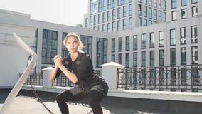 Elastyczna sporty kobieta cieszy się sprawność fizyczną trenuje outdoors zbiory