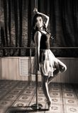 Elastyczny baletniczego tancerza rozciąganie w retro stylu Balerina tanczy blisko słupa zdjęcia royalty free