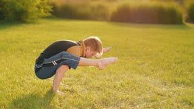 Elastyczny mężczyzna robi joga zdjęcie wideo