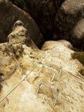Żelaz drętwienia w skale, turystyczna ferrata drabina Żelazo przekręcająca arkana załatwiająca w bloku śruby kłapnięciem haczy Li Fotografia Royalty Free