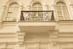 Żelaza balcon na lekkiej stronie budynek stonowany obraz royalty free