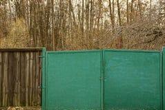 Żelazna brama i drewniany ogrodzenie obrazy royalty free