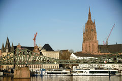 Żelazna mosta i Frankfurt katedra Zdjęcie Stock