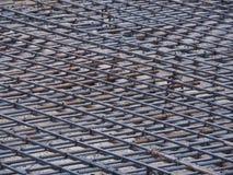 Żelazna siatka na ziemi, przygotowywa dla nalewa cement Zdjęcia Royalty Free