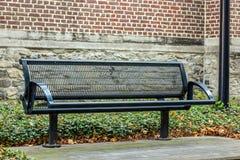 Żelazna uliczna ławka zdjęcia stock