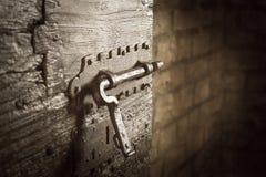 Żelazna zapadka na starym drzwi w dungeon w kasztelu lub Winieta skutek Fotografia Stock