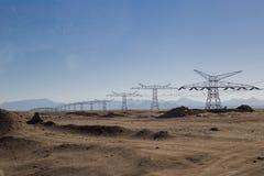 Żelazni filary z elektrycznymi drutami w pustyni przeciw backg Zdjęcie Stock