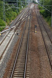 Żelazni ośniedziali taborowi kolejowi szczegółu zmroku kamienie Obrazy Stock