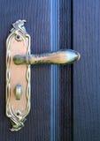 Żelazny doorhandle na drewnianych drzwiach Obrazy Royalty Free