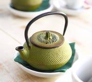 Żelazny herbaciany garnek w café Obrazy Royalty Free