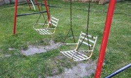 Żelazny huśtawkowy siedzenie w parku zdjęcie stock