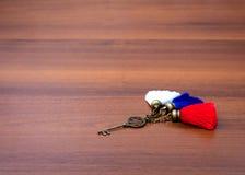 Żelazny klucz kłama na stole Obrazy Royalty Free