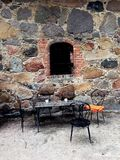 Żelazny krzesła i stołu outside stary budynek Zdjęcie Royalty Free