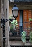 Żelazny lampion na Uroczej ulicie w Barcelona, Hiszpania zdjęcie stock