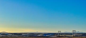 Żelazny most na autostradzie w krajobrazie zamarznięte góry przy półmrokiem w Iceland obraz stock