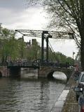 Żelazny most nad wodnym kanałem fotografia royalty free