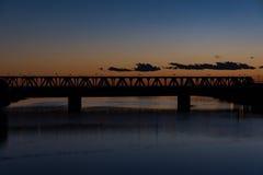 Żelazny most przy czerwonym zmierzchem zdjęcia royalty free
