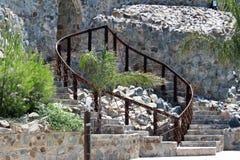 Żelazny ogrodzenie, kamienna ściana, kamienny schody dla domu, parkować, Zdjęcie Royalty Free