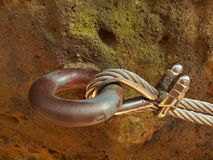 Żelazo przekręcająca arkana załatwiająca w bloku śruby kłapnięciem haczy Szczegół linowa końcówka zakotwiczał w skałę Zdjęcie Stock