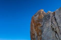 Żelazo zabarwiająca żlobiąca granit skała przeciw niebieskiemu niebu Obrazy Royalty Free