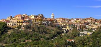 Elba ö, Capoliveri bypanorama appx för 8 370 1000 1600 1947 2010 a6gcs deltar i den klassiska funktionen för bilstäder som den hi arkivfoto