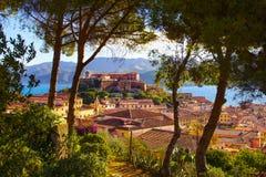 Elba-Insel, -Portoferraio, -bäume, -leuchtturm und -fort Toskana, stockbild
